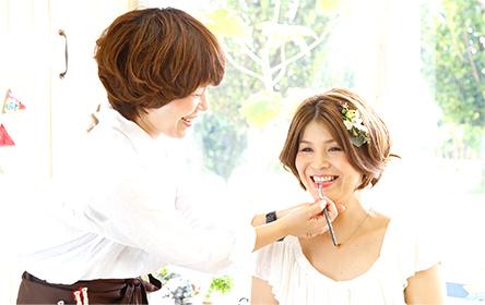 プロの美容師がヘアメイクをします。